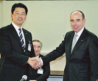 握手を交わす加藤市長とソーパー氏