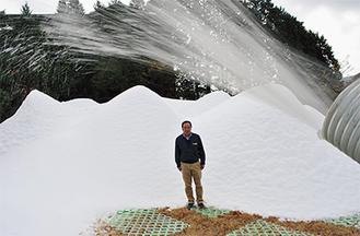 毎日パラパラと雪を噴き出していたパイプ。中央は箱根園スタッフ