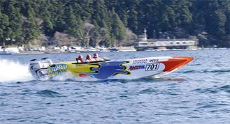 激しい飛沫を立て元箱根湾を駆けるチームコルト(横須賀)の高速艇