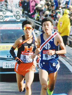 迫る法政大選手と競りながら3区を走る松枝さん(右)