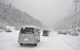 芦之湯から元箱根に続く車列 スタッドレスで坂を登れず引き返す車も