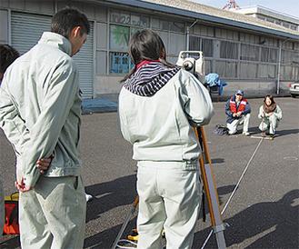 専門の機器を使って測量体験