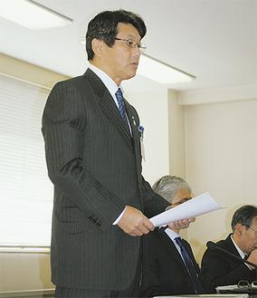 予算案について説明する冨田町長