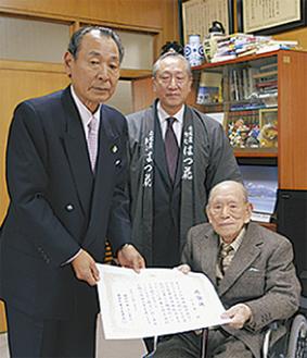 山口町長(左)と小宮さん(右)