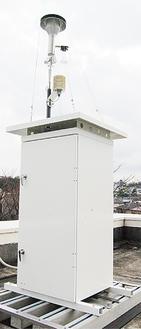 市庁舎3階の屋外に設置された測定器