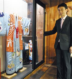 明治18年築の蔵を利用した外郎博物館で、舞台衣装を紹介する武さん