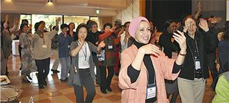 やっさ踊りの輪に加わるヨルダン大使夫人
