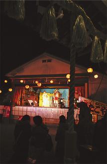 神楽殿で演歌歌手が会場を盛り上げる