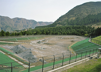 受け入れ先として検討中の最終処分場(畑宿)背後右は二子山
