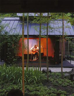 涼しい和の空間をギターの音が彩る