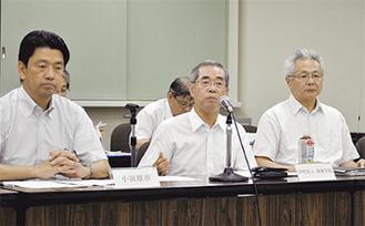 会見した増田理事長(中央)と大野学長(右)