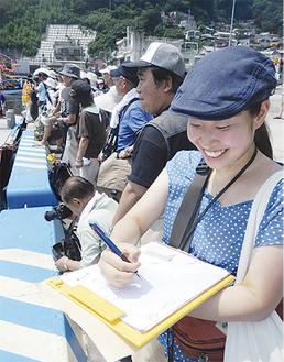 観客のカメラと動きを追う学生