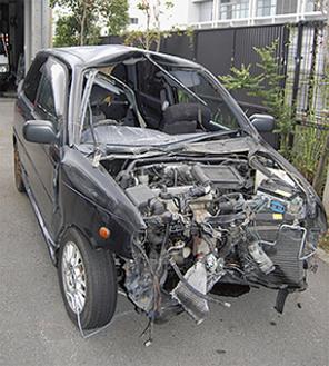 前方が大破した車