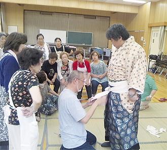 松竹芸能スタッフが着付けを指導