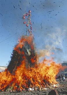 灰を巻き上げて燃える岩のどんど焼