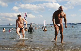 20mほどを泳ぎ陸に上がる参加者