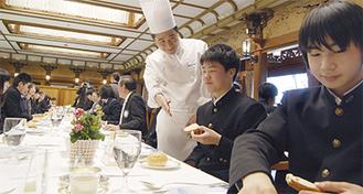 料理を手がけた鈴木さん(中央)は箱根中のPTA会長