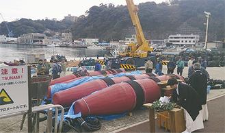 真鶴港に並ぶ定置網の一部。昨年11月から3カ月ほどかけて漁船の乗組員たちが半島東側に設置した。魚を囲む網は長さ400mに及ぶ