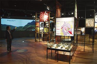 壁に大型ビジョン、床に箱根の地形図や写真が広がっている