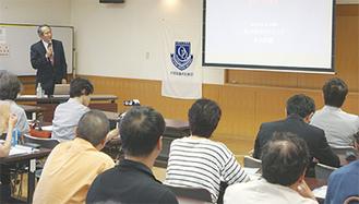 米山武義氏(左)がスライドを使い講義