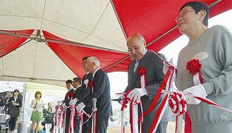 脚本家の橋田壽賀子さん(右端)やポルトガル大使(隣)も式典に参加