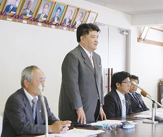 役場の協議会室で会見した高橋議員