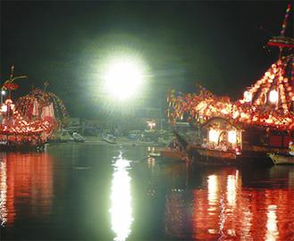 港を幻想的に照らす小早船