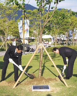 スコップを振るう冨田町長(左)と趙吉衡市長