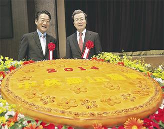 藤田観光の瀬川章社長(左)と程大使 中秋節の月餅を前に