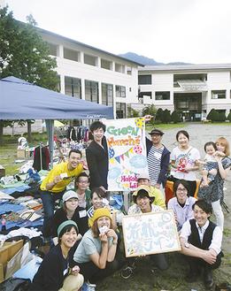 グリーンマルシェを立ち上げた「箱根ライン」のメンバー=9日・仙石原文化センター前