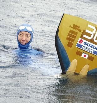 足に大型のモノフィンをつけて浮かぶ=1日・尻掛沖