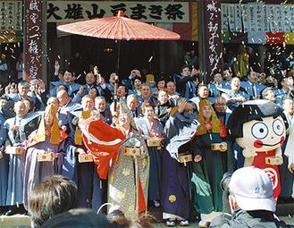 最乗寺の豆まき祭には毎年多くの人が訪れる =写真は昨年の様子