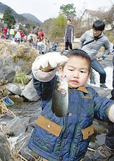 50組の親子連れで賑わった河岸
