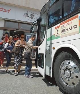 早雲山からバスに乗る観光客