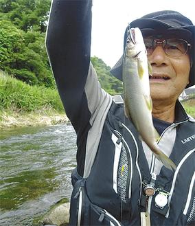 友釣りで15匹を釣った男性