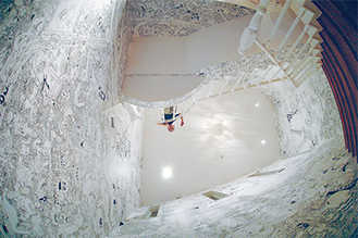 北原ミュージアムの階段を埋め尽くす作品(撮影:寺司正彦氏)