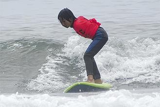 座った体勢から後ろ足で立ち上がり波を滑る映伍君