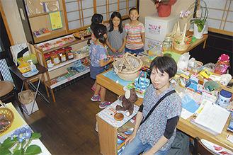 店番中の久保田さん 元飲食店だった場所を借りた