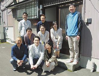 川口さんと來住さん(前列)と町関係者