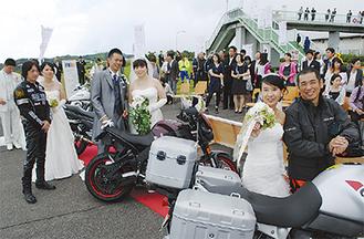大観山での式典に加わった加藤さん(中央)と井上さん夫妻(左端)