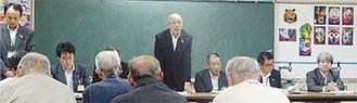 町民向け説明会で財政の現状を語る勝俣副町長(14日・湯本小)