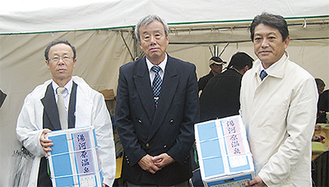室伏議長、冨田町長から関東陸連会長(中央)へ