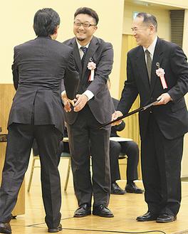 鈴木会頭と握手をするほっとファイブタウンの松下義彦氏と平井義人氏(右)
