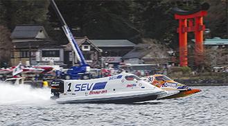 「水上のF1」とも言われる機種も登場、激しく競り合った=5日・元箱根湾