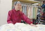 羽毛布団は石山店長が店内で手がけている
