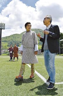 星槎グラウンドを歩くワンチュク王子と宮澤会長