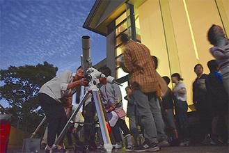 箱根ビジターセンター前に集まった天体ファン
