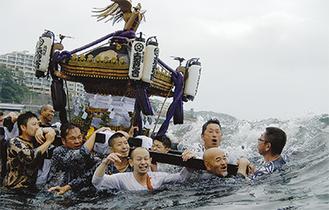 男たちは水中に没しても神輿を離さなかった