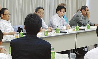斉藤市長(手前)と湯河原町議