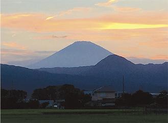 小田原市鬼柳からみた夕暮れの富士山と矢倉岳